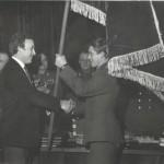 Переходящее знамя ЦК ВЛКСМ вручает секретарь ЦК ЛКСМ Украины Олимпийский чемпион Валерий Борзов